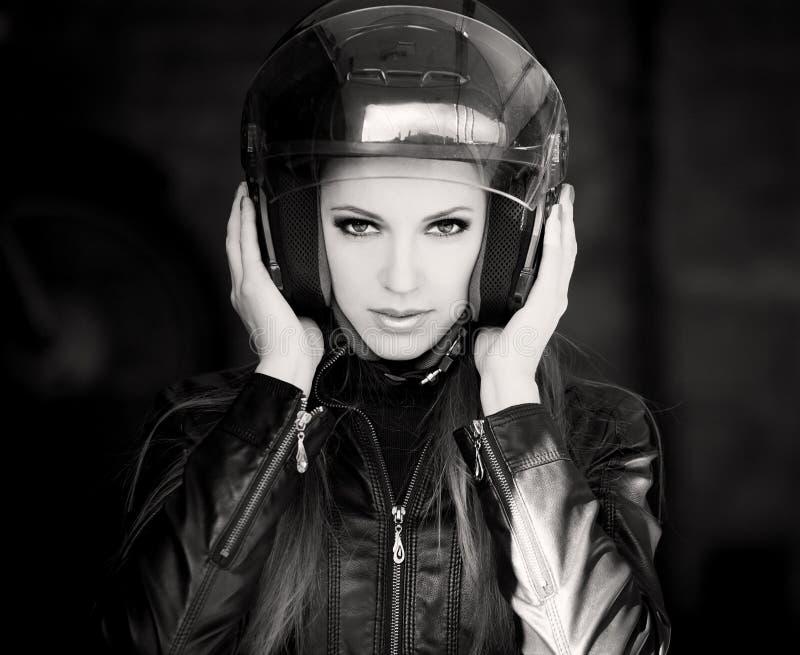 De helm van de gezichtsmotorfiets, zwart zwart-wit jasje, stock fotografie