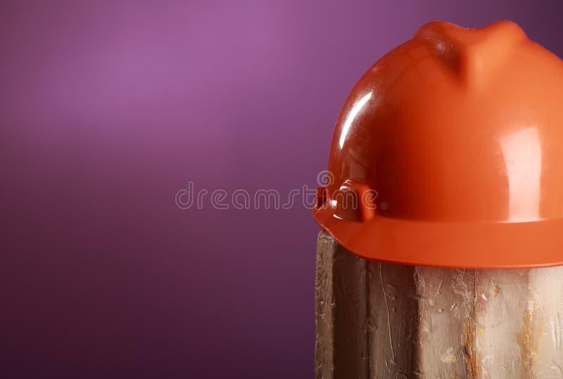 De helm van de veiligheid op een purpere achtergrond royalty-vrije stock foto