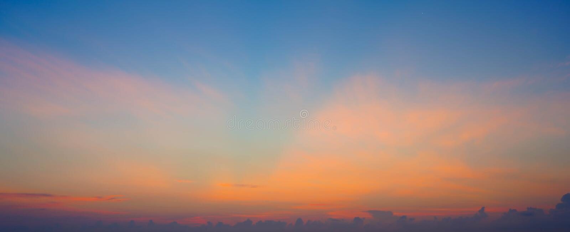 De hemel betrekt achtergrond De blauwe Zomer stock afbeelding