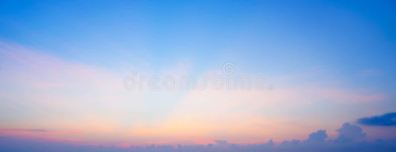 De hemel betrekt achtergrond De blauwe Zomer stock afbeeldingen
