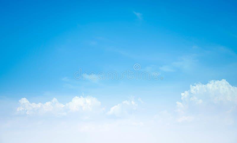 De hemel betrekt de blauwe zomer als achtergrond stock afbeeldingen