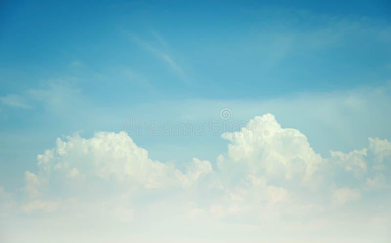 De hemel betrekt de blauwe zomer als achtergrond royalty-vrije stock afbeeldingen