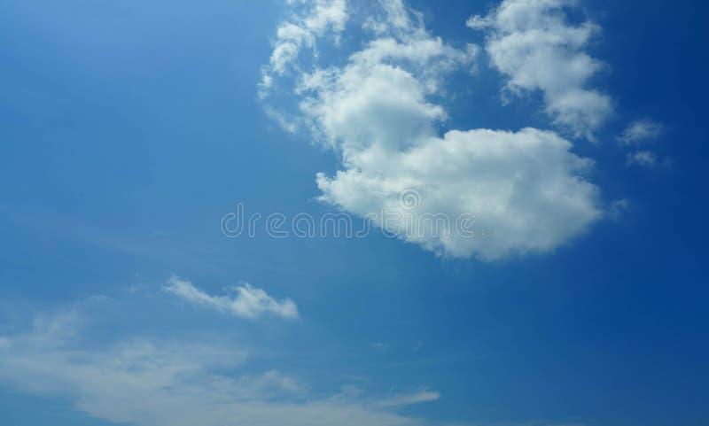 De hemel betrekt de blauwe zomer als achtergrond stock foto's