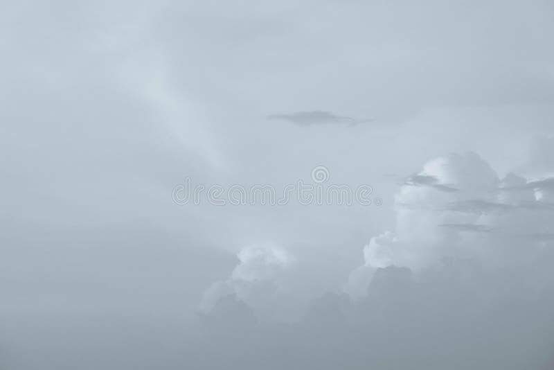 De hemel betrekt de blauwe zomer als achtergrond royalty-vrije stock foto