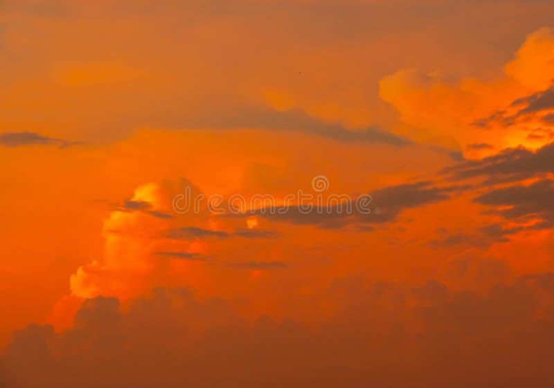 De hemel betrekt de blauwe zomer als achtergrond stock foto