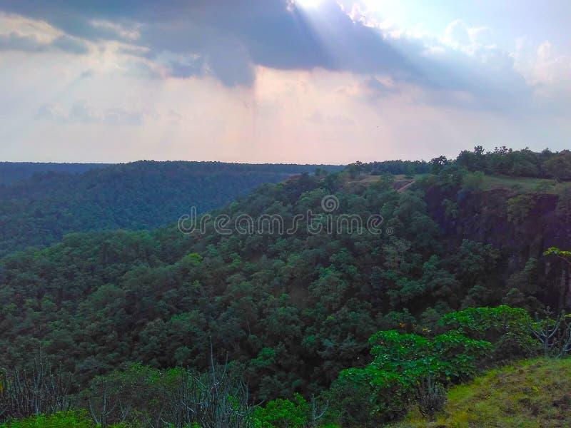 De hemel betrekt het Landschap van Zonnestralenravijnen stock afbeeldingen