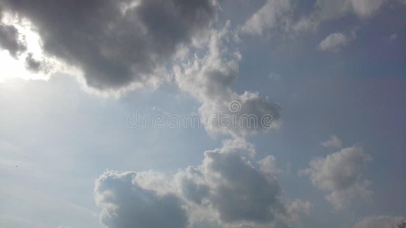 De hemel, bewolkte wolken, Rusland, de lichtblauwe lente, nevel, licht, brengt blauw in evenwicht royalty-vrije stock foto