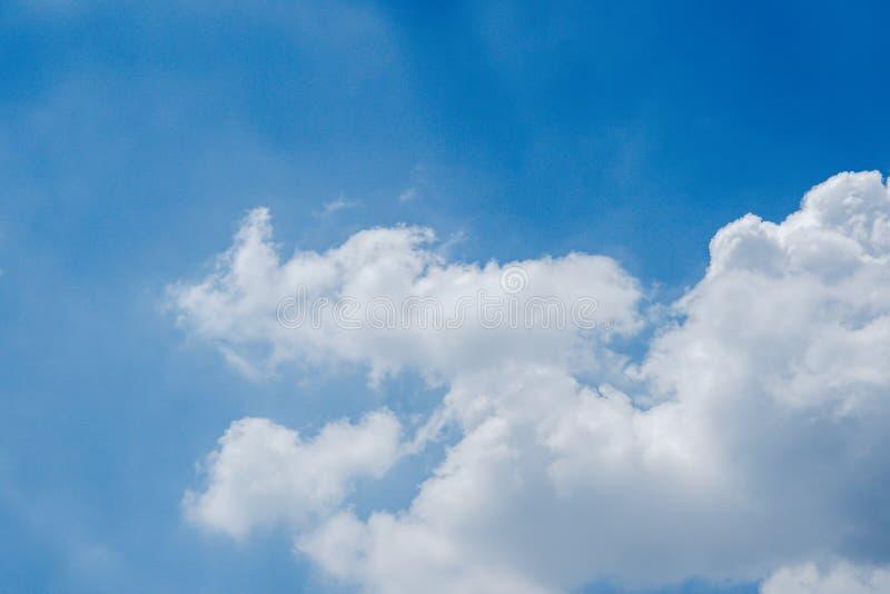 De hemel is dun, wit in het midden van de kant Zie rond de blauwe kleur stock foto's