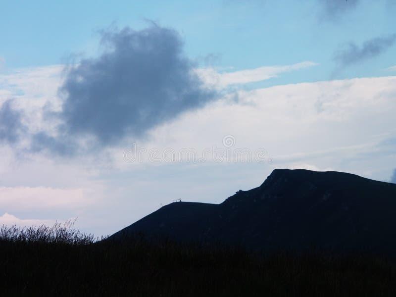 De hemel en dark weinig heuvel royalty-vrije stock afbeelding