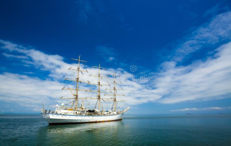 De hemel en de oceaan van de zeilboot stock foto