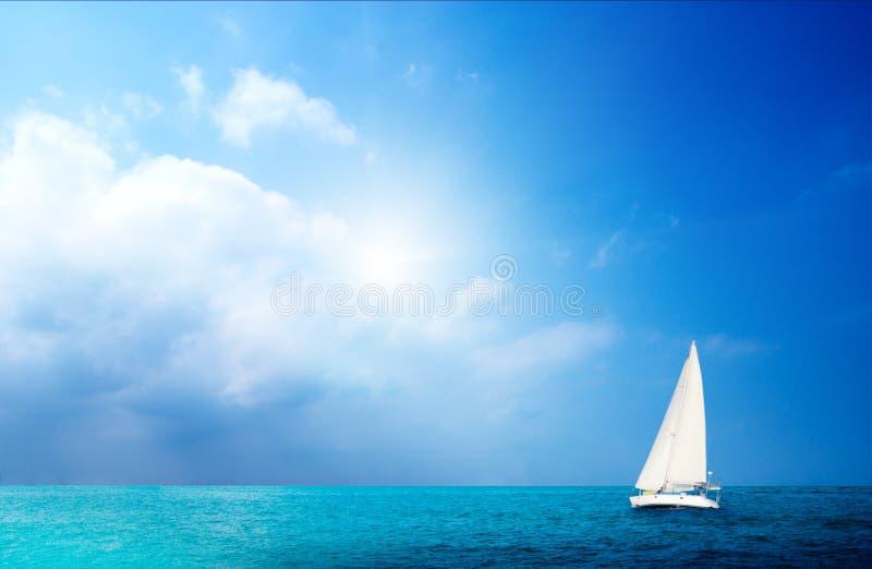De hemel en de oceaan van de zeilboot stock afbeeldingen