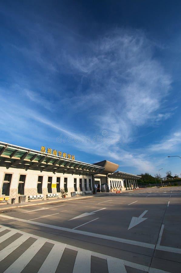 De hemel en de weg van de luchthaven stock foto's