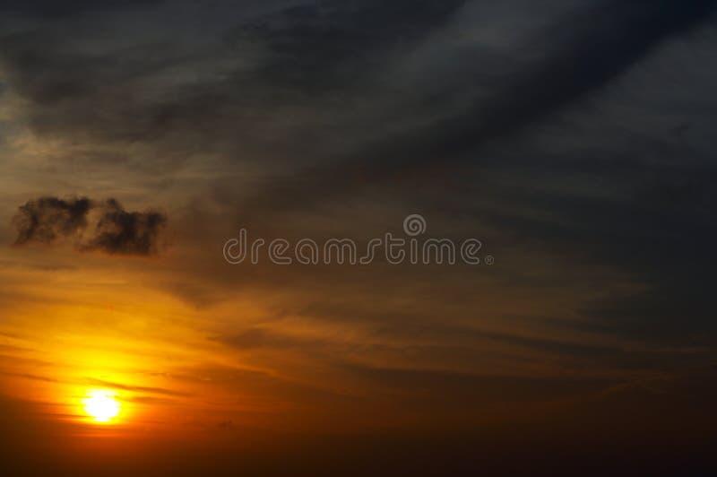 De hemel en de wolken van de zonsondergang royalty-vrije stock afbeelding
