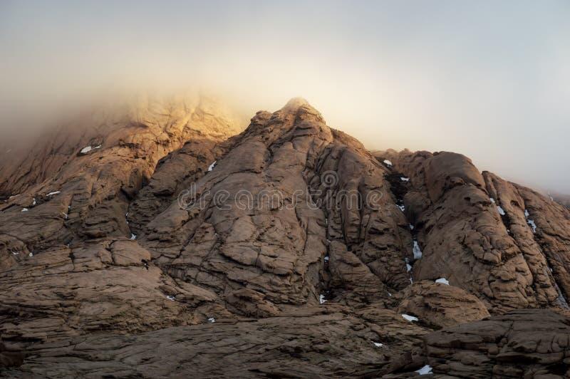 De hemel en het zonlicht van het onweer in woestijnbergen stock foto's
