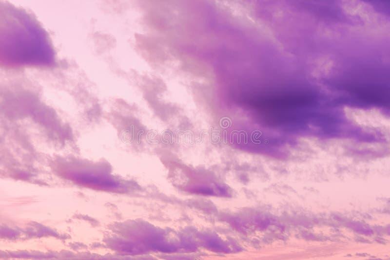 De hemel in de lichte die lilac pastelkleur van zonsondergangwolken wordt gekleurd betrekt op de achtergrond van de zonsondergang stock fotografie
