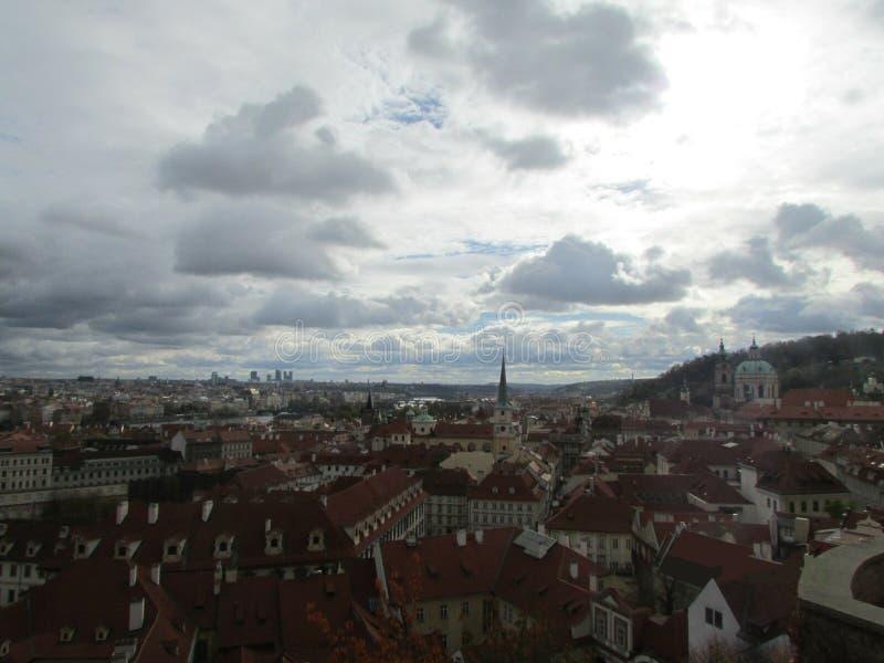 De hemel over Praag, Tsjechische Republiek Rode betegelde daken, typisch van middeleeuwse Europese steden royalty-vrije stock afbeeldingen