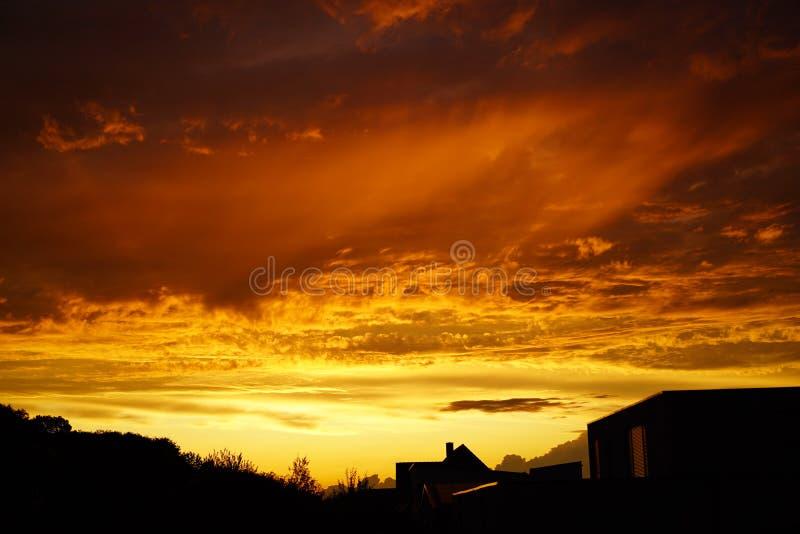 De hemel over de stad verbranden, wolken als vuur bij zonsondergang royalty-vrije stock afbeelding