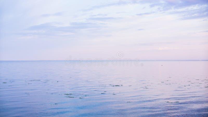 De hemel raakt de aarde stock foto