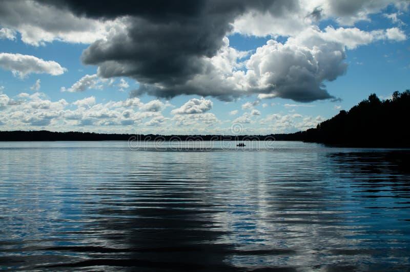 De hemel vóór het onweer over het meer royalty-vrije stock foto