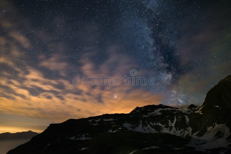 De hemel van de Astronacht, de Melkachtige sterren van de maniermelkweg over de Alpen, stormachtige hemel, de planeet van Mars vo stock foto