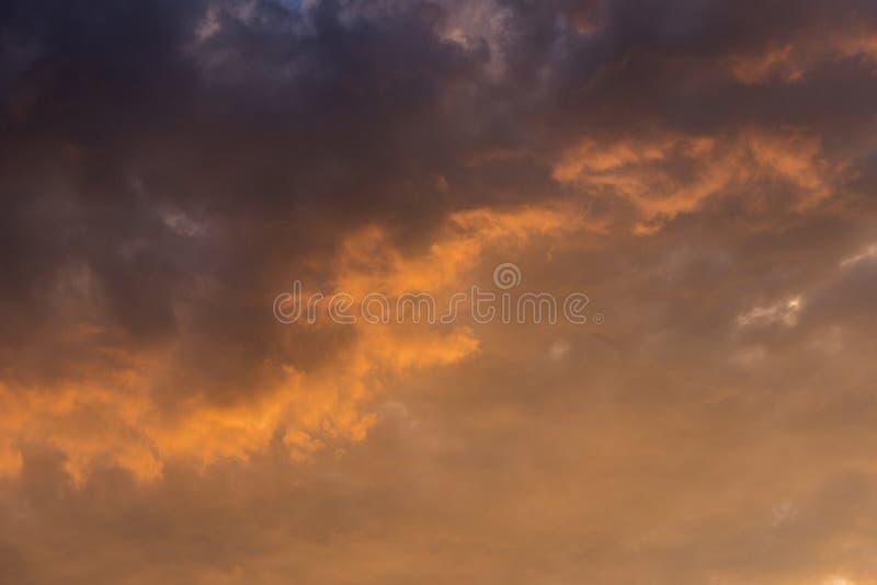 De hemel van de avond met kleurrijke regenwolken royalty-vrije stock afbeelding