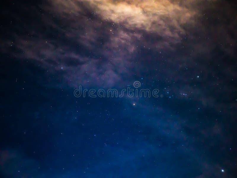 De Hemel van de avondnacht met Ster en witte wolk stock foto's