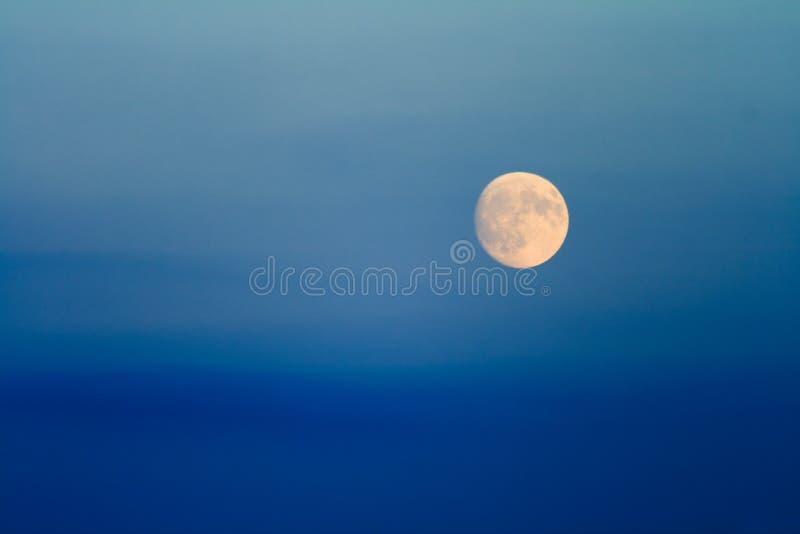 De hemel van de avond met Maan stock foto's