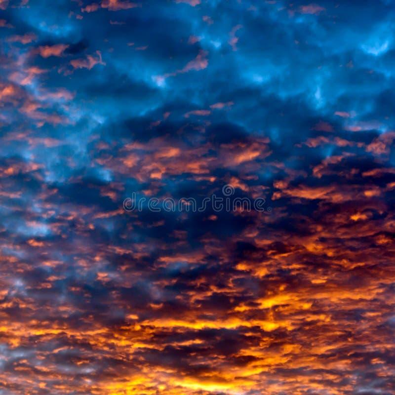 De hemel van de zonsondergang wolken stock foto's