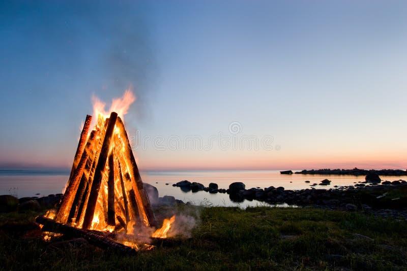 De hemel van het vuur en van de zonsondergang royalty-vrije stock fotografie