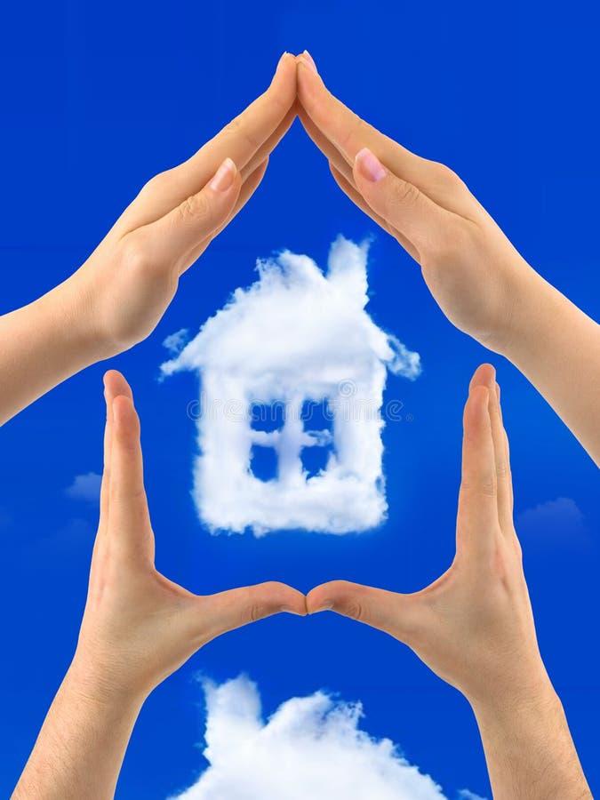 De hemel van de huiswolk in menselijke handen stock afbeeldingen