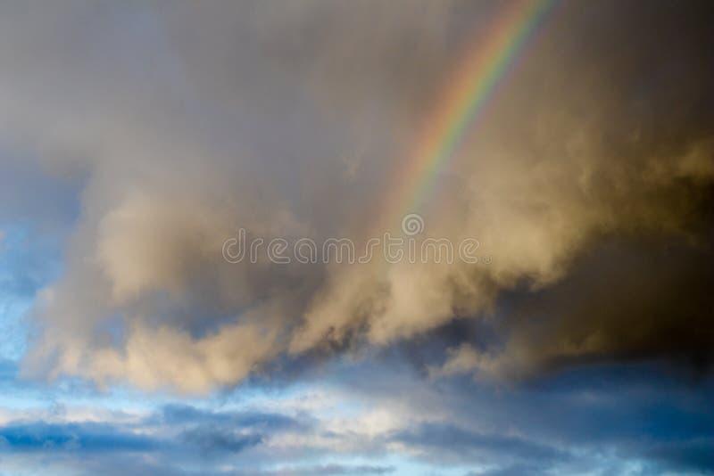 De hemel van de regenboogopstand stock fotografie