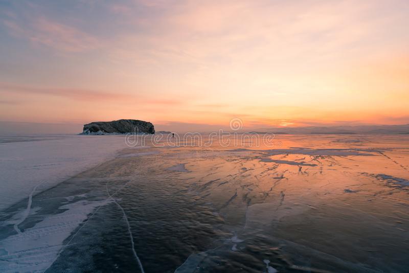 De hemel van de schoonheidszonsopgang met de de winter bevroren horizon van het watermeer, Baikal Rusland royalty-vrije stock fotografie