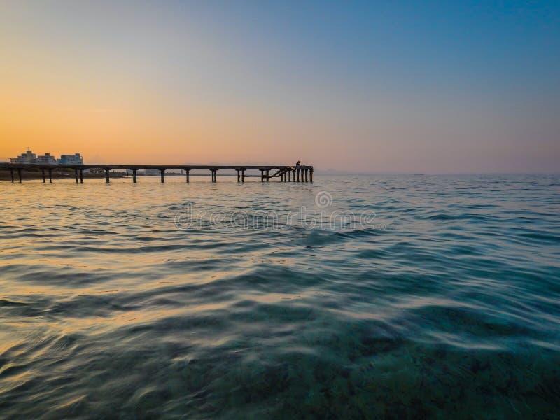 De hemel van de zonsondergang Overzeese zonsondergang mooie zonsondergang op Cyprus royalty-vrije stock foto