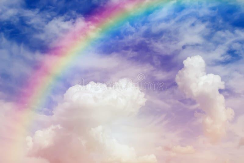 In de hemel, vervaagd, ontkoppelde foto van de lucht en de regenboog Niet-gefocuste hemelpoort naar het Paradijs in wolken, godsp stock foto