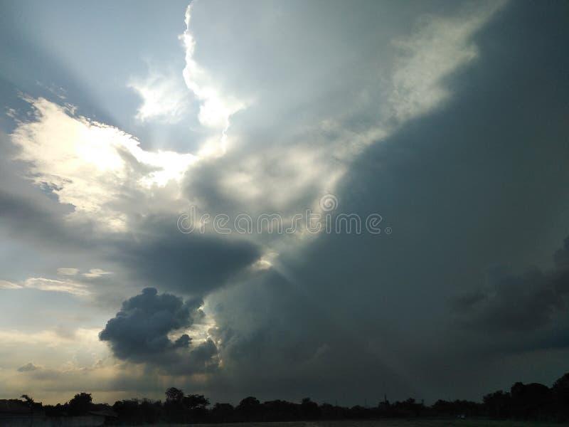 De hemel is volledig van wolken royalty-vrije stock foto