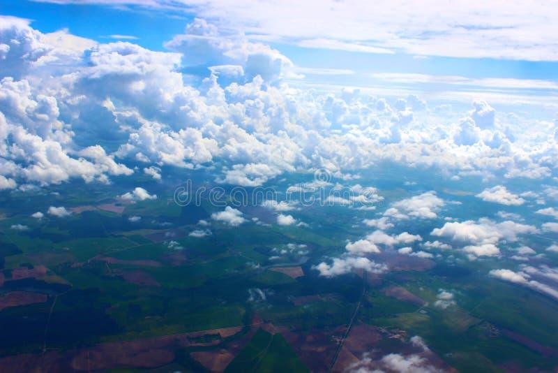 De hemel in de wolken en de eindeloze ruimten royalty-vrije stock afbeelding