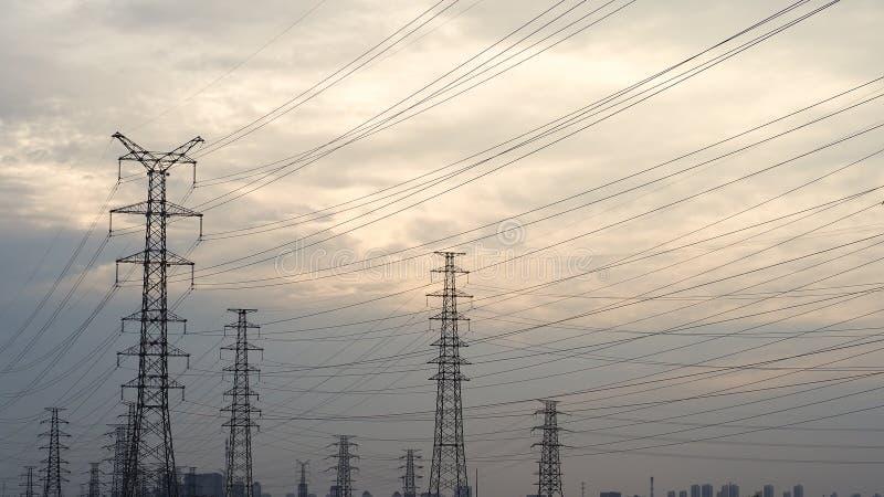 De hemelachtergrond Met hoog voltage van de hoogspannings posttoren stock foto