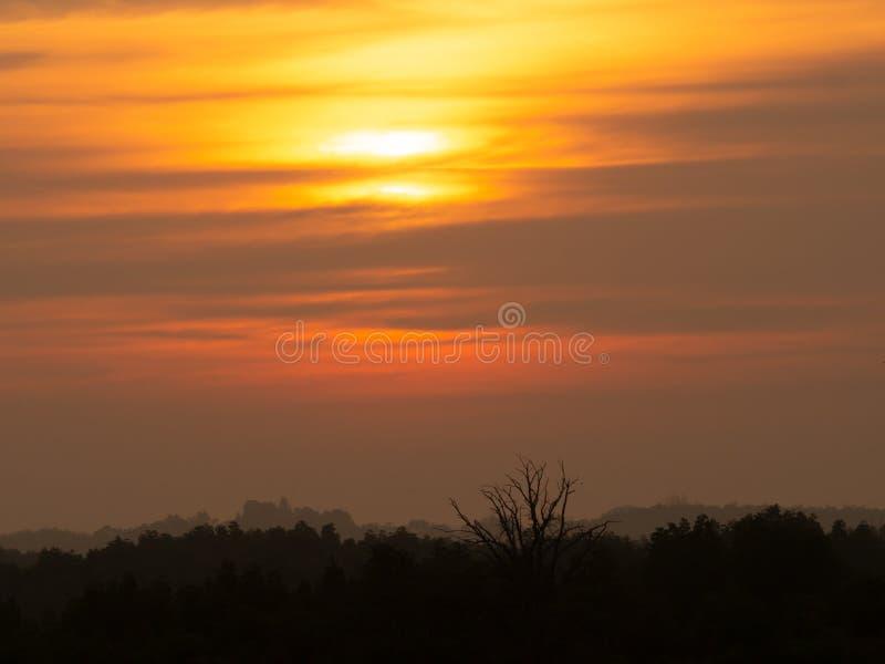De hemelachtergrond van de silhouetzonsondergang Zonsopgang van de schemering de natuurlijke zonsondergang over bosberg Warme ora royalty-vrije stock afbeelding