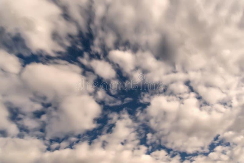 De hemelachtergrond van sterrenwolken stock afbeelding