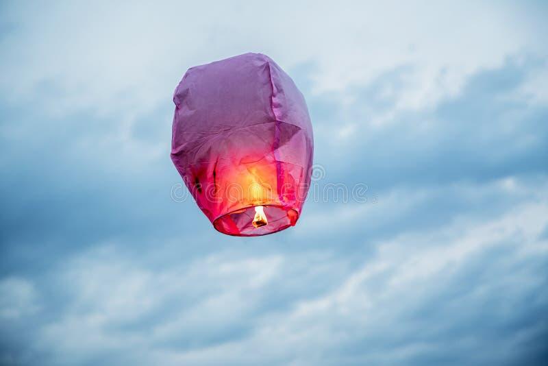 De de Hemellantaarn die van de ballonbrand lantaarns, luchtballonnenlantaarn vliegen vliegt omhoog hoogst in de hemel royalty-vrije stock afbeelding