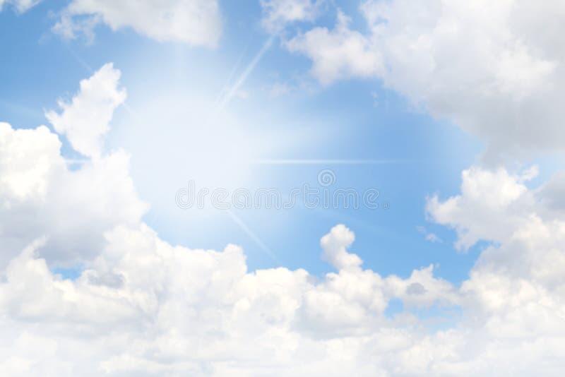 De hemelzon glanst, Hemel en zonlicht, Helder hemel duidelijk, Mooi licht van zon op hemeldag stock afbeelding