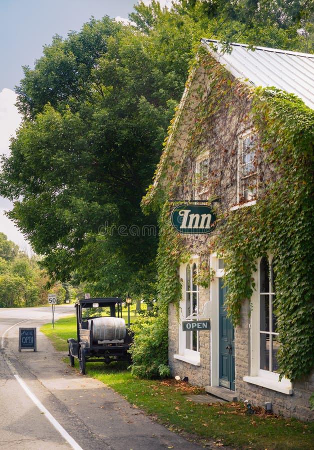 De herberg van het land langs kant een landelijke weg stock afbeelding