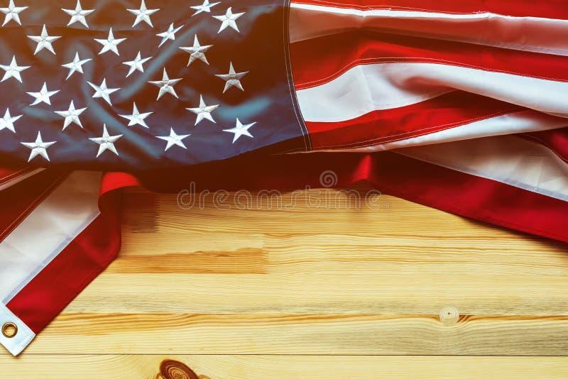 De herdenkingsdag van de V.S. met Amerikaanse vlag op houten achtergrond royalty-vrije stock afbeelding