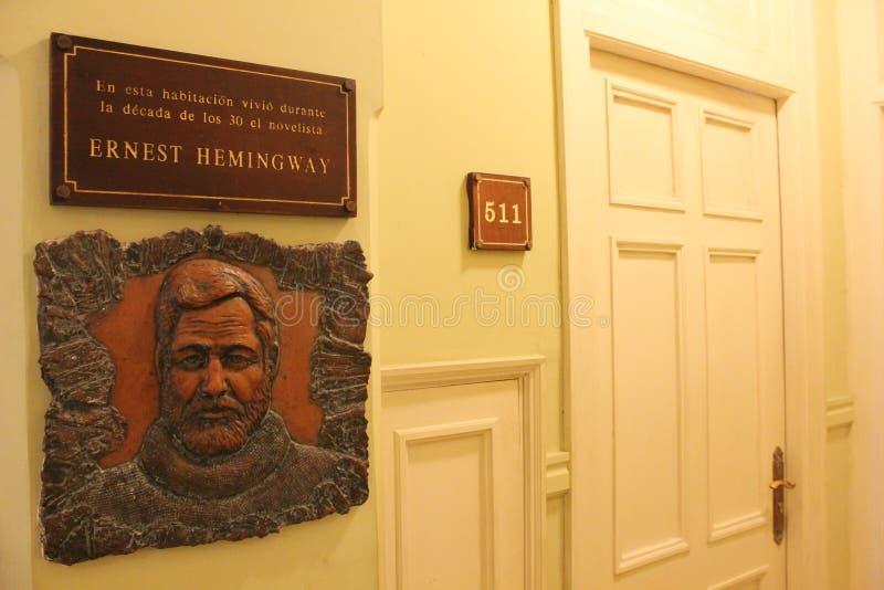 De herdenkingsraad dichtbij de ingang aan de hotelruimte waar Hemingway leefde stock foto
