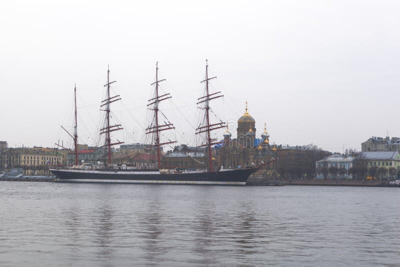 De herfst, bewolkte avond op Bolshaya Neva Zeilboot Sedov in het parkeerterrein in St. Petersburg royalty-vrije stock foto