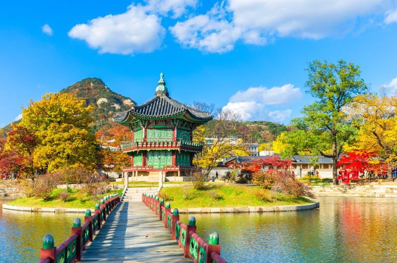 De herfst bij Gyeongbokgung-Paleis in Seoel, Korea stock afbeelding