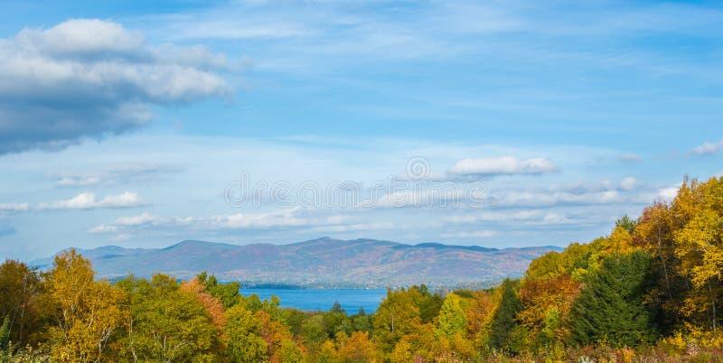 De herfst bij het meer stock afbeeldingen