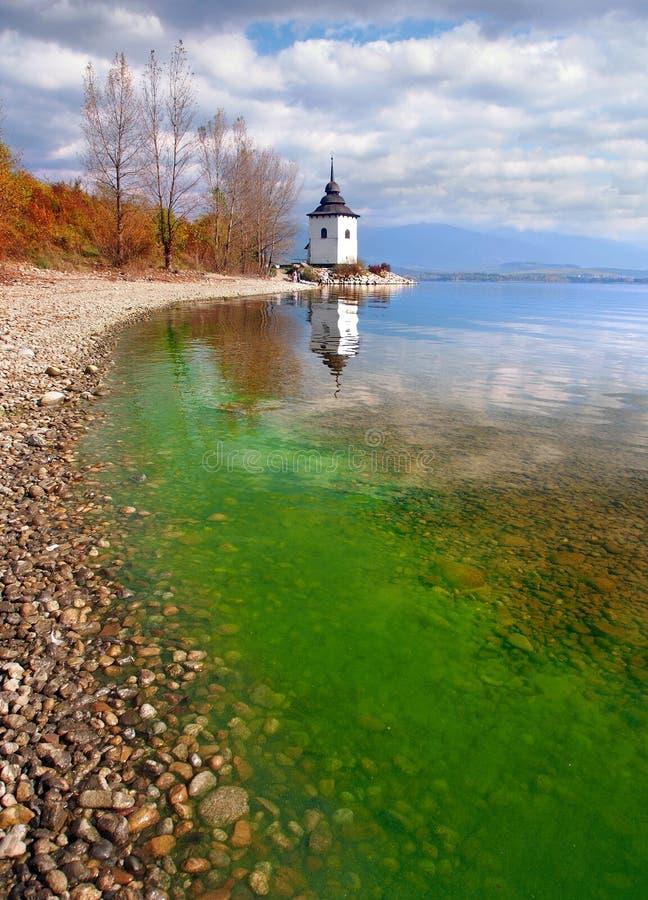 De herfst bij het meer van Liptovska Mara, Slowakije stock foto's