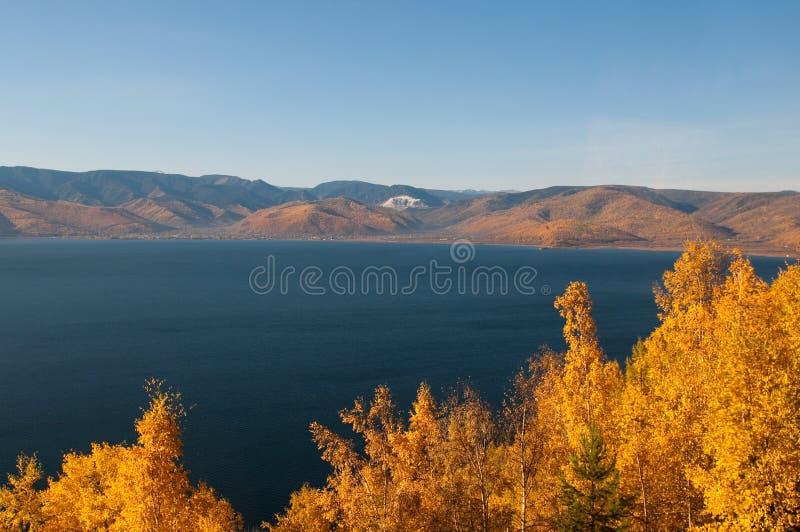 De herfst bij Meer Baikal royalty-vrije stock afbeelding