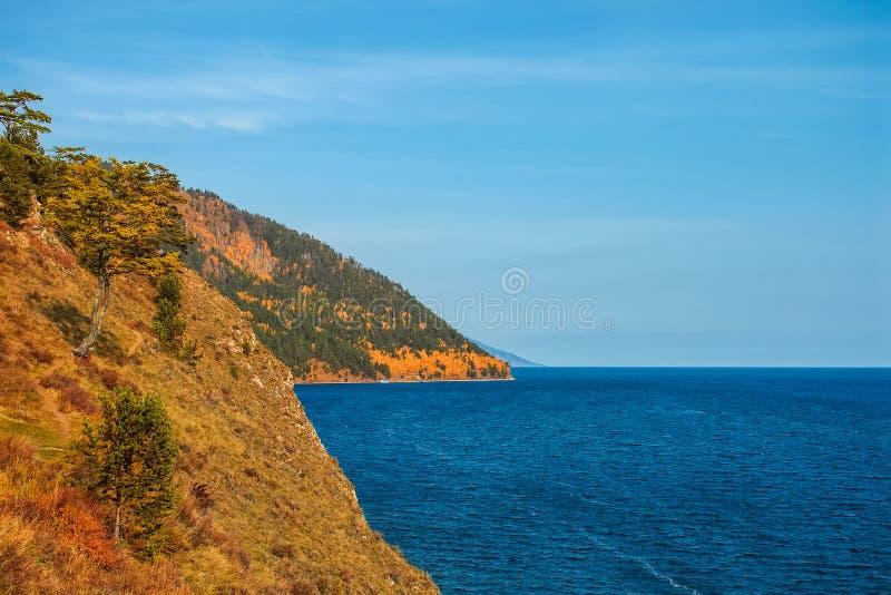 De herfst bij Meer Baikal, een klip stock foto's